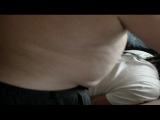 User leckt sein Sperma von der Brust