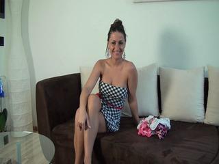 Wichser trägt Mädchenunterwäsche